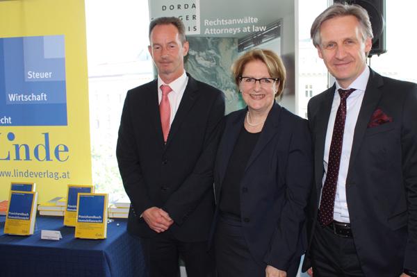 Stefan Artner (Partner DORDA BRUGGER JORDIS) und Katharina Kohlmaier (Bundesimmobiliengesellschaft) mit Klaus Kornherr (Linde Verlag)