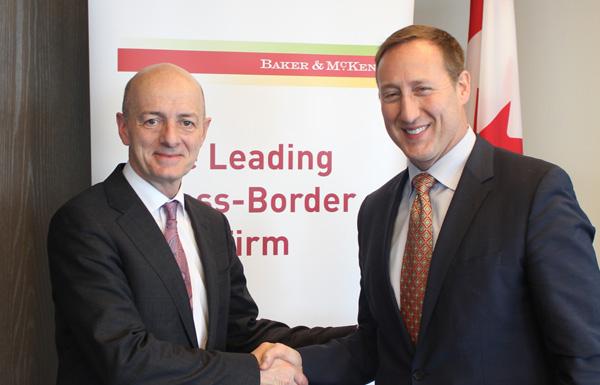 Kevin Coon, Managing-Partner von Baker & McKenzie in Toronto, begrüßt Peter MacKay